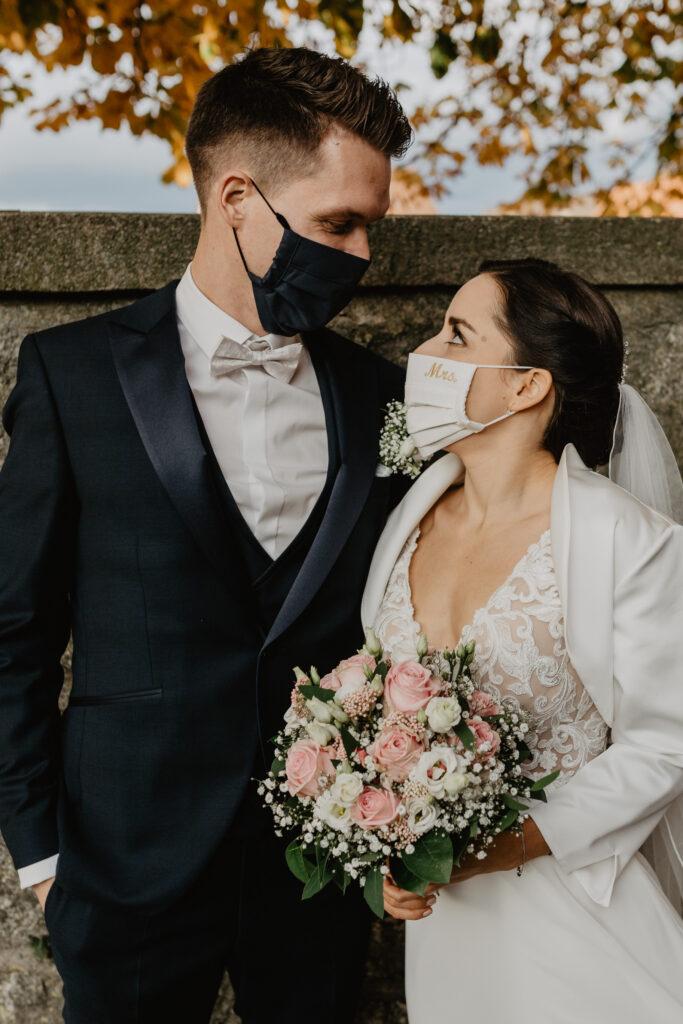 Ehepaar mit Masken