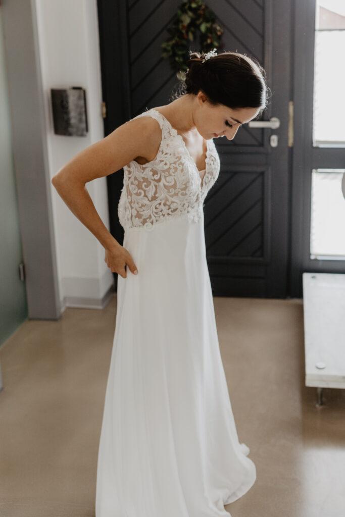 Kleid wird angezogen